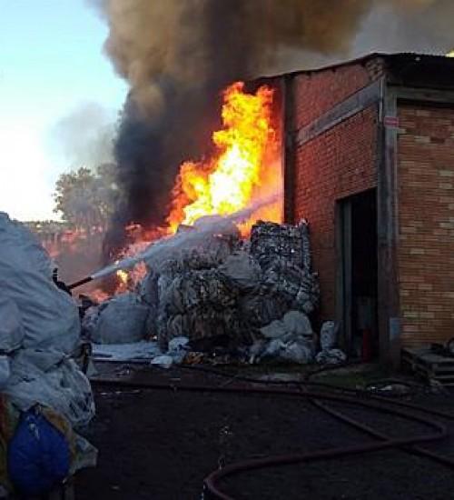 Incêndio atinge depósito de material reciclável em concórdia.