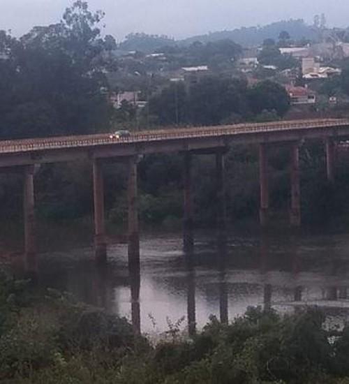 Mulher é salva por policiais e bombeiros após pular de ponte no Oeste Catarinense.