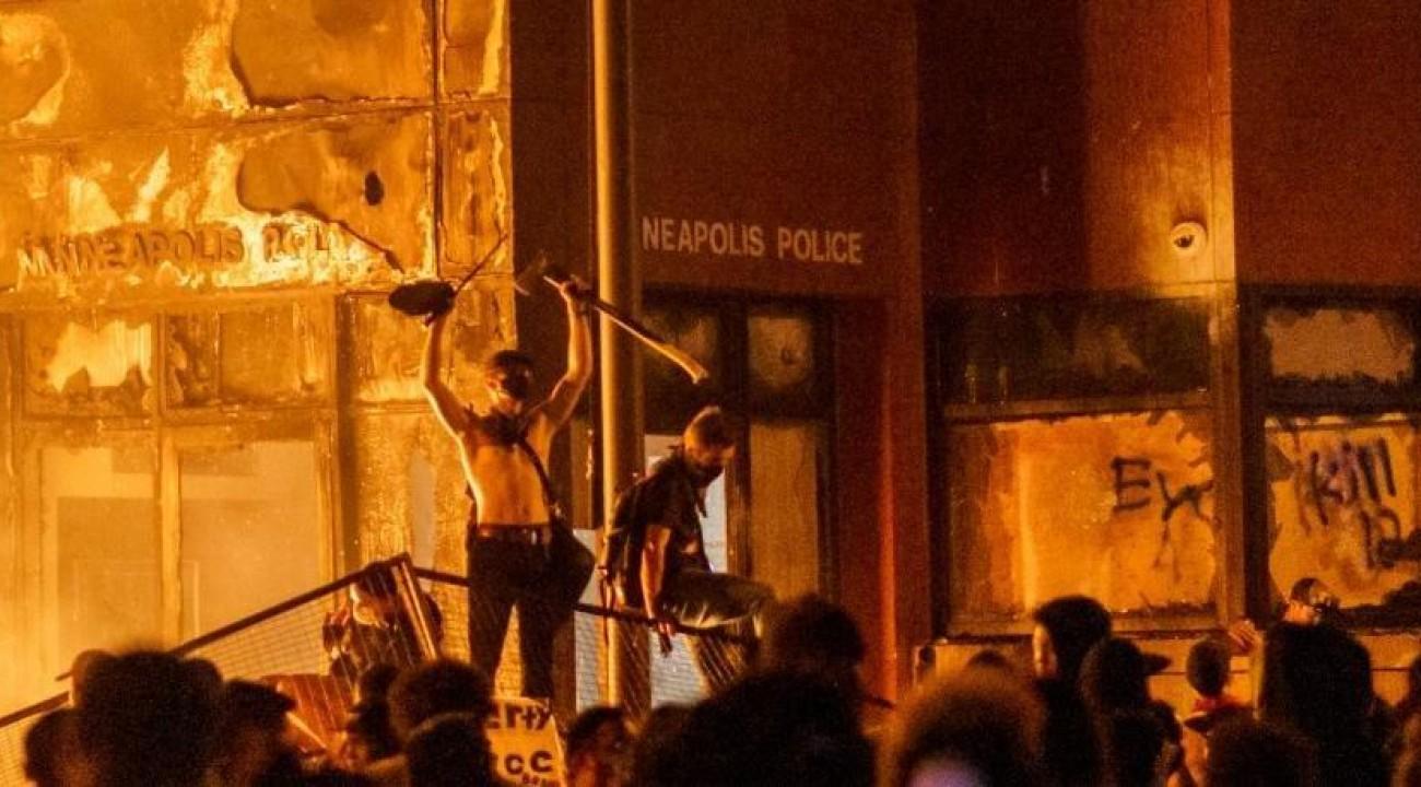 Manifestantes põem fogo em delegacia em protesto por assassinato de negro nos EUA.