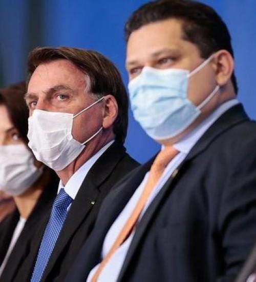 Bolsonaro sanciona lei que torna uso de máscara obrigatório no Brasil.