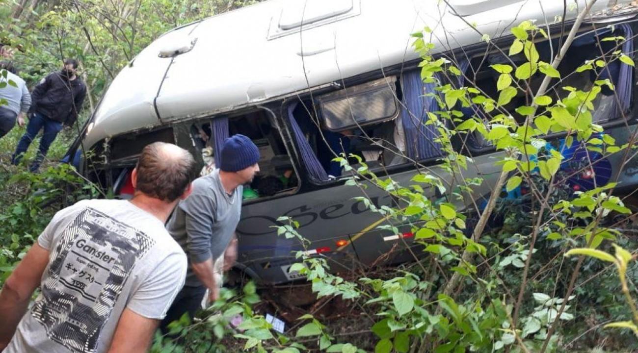 Micro-ônibus de Seara (SC) despenca de barranco e deixa feridos.
