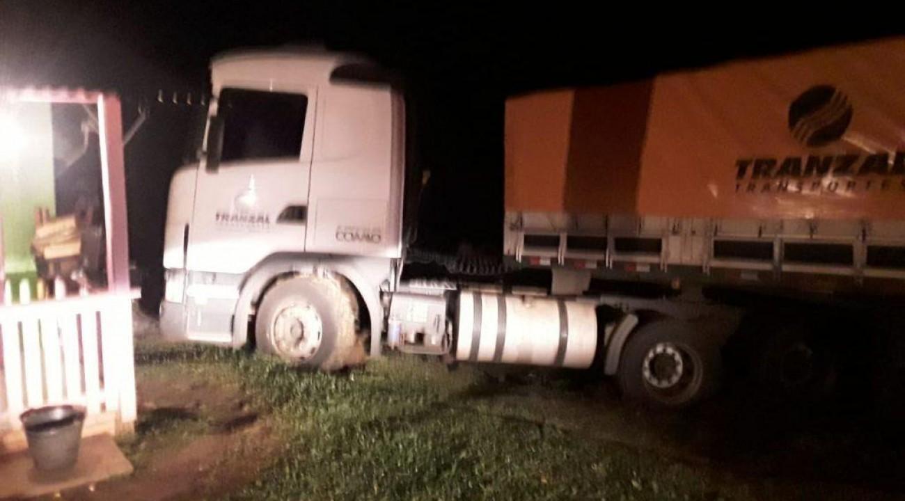 Motorista alcoolizado estaciona caminhão em pátio de residência achando que era posto de combustível.