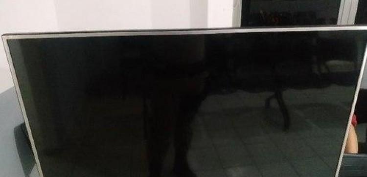 Homem recolhe televisão para cobrar dívida e é preso em Chapecó (SC).
