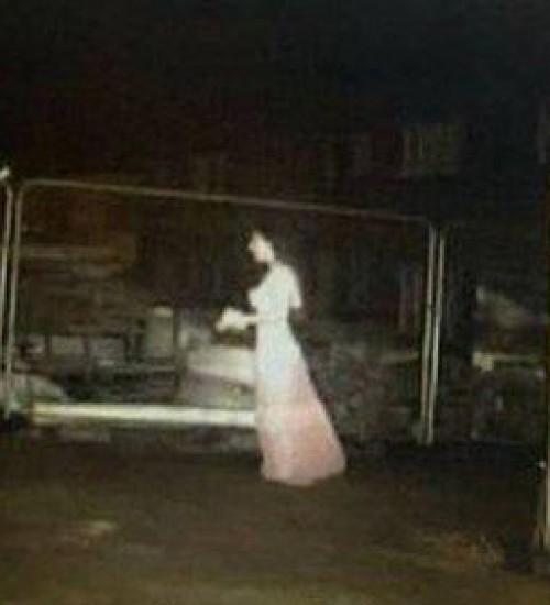 Sensor de movimento é acionado em canteiro de obra, e 'noiva fantasma' é flagrada por câmera.