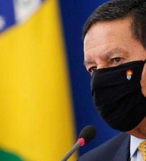 Mourão revela que trabalha para ser vice de Bolsonaro em 2022.