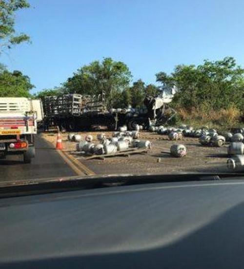 Grave acidente entre caminhões deixa um morto na serra do Goio-Ên.