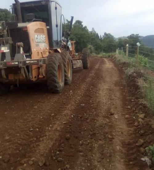 Itatiba do Sul: Secretaria de Obras faz manutenção em estradas do município.