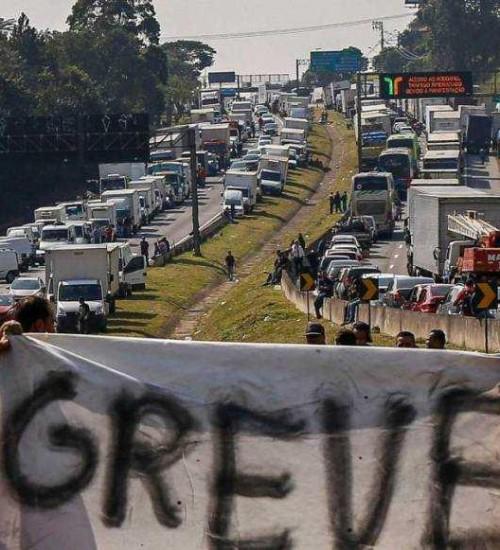 Caminhoneiros prometem atos em rodovias nesta segunda-feira.