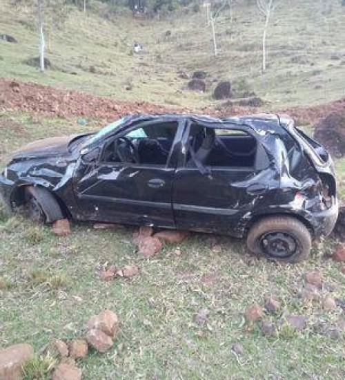Motorista é ejetado e morre após carro capotar em ribanceira no Oeste Catarinense.