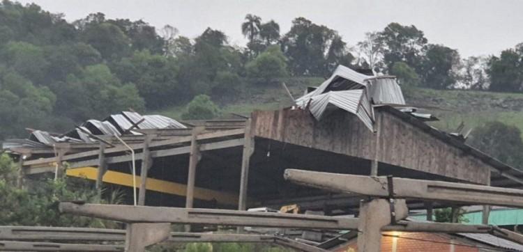 Temporal causa estragos em Aratiba.