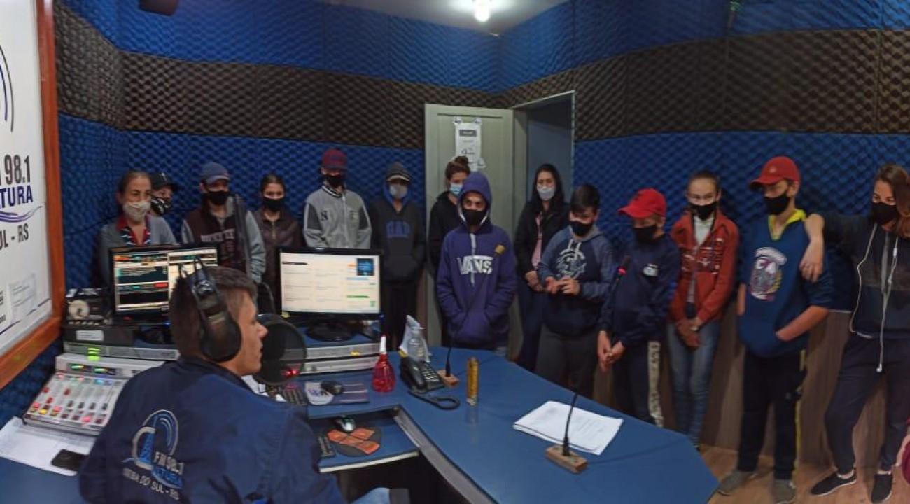 Direção, professores e alunos da Escola Marieta Tozzo visitam Rádio Cultura.